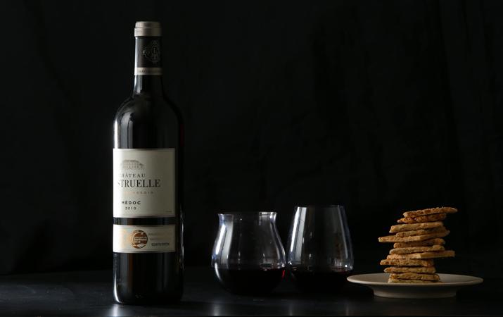 赤いルビー色のヴィンテージワイン