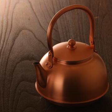 上質なお湯が注げそうな銅の薬缶