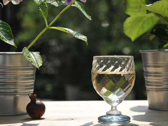 カットの美しいワイングラス