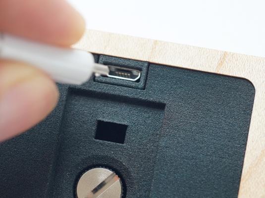 USBコネクタから充電