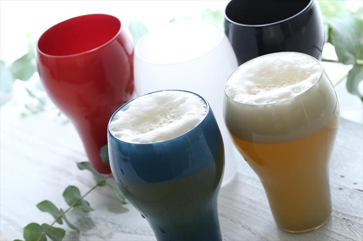マッドカラーのグラスで彩る晩夏のビール