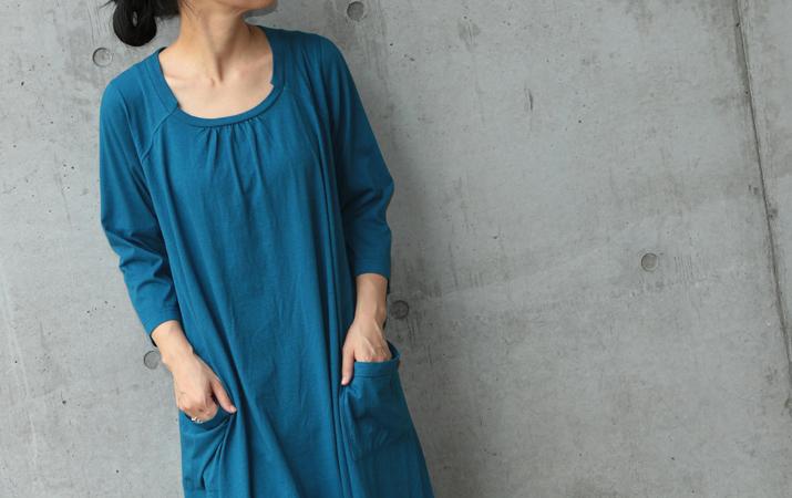 襟のデザインと、鮮やかカラーが個性的!