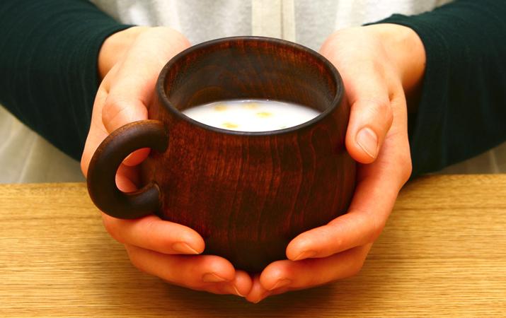 素朴であたたかい木のカップ