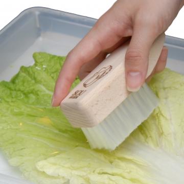 しっかり汚れを落としてくれる、葉物野菜専用ブラシ