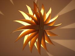 寝室には落ち着けるトーンの照明