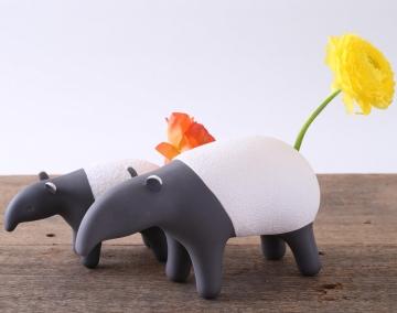 モノクロのバクが花の鮮やかさを引き立てる