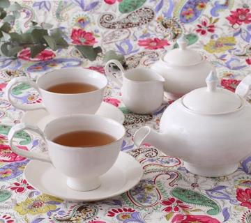 紅茶の色が映えるカップ&ソーサー