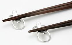 自由な形に曲げて使える錫の箸置き