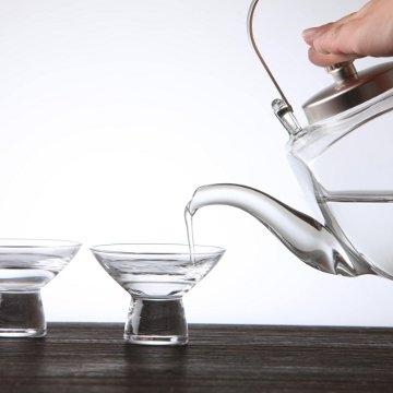 モダンなデザインが魅力、ガラス製の酒器セット