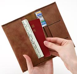 パスポートやカードなど大事なものはひとつにまとめて