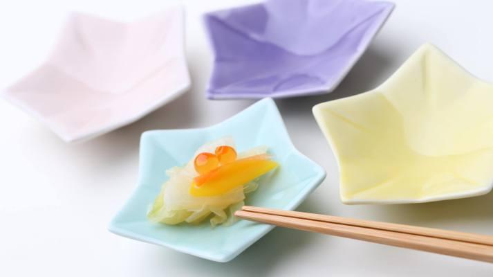 上品なパステルカラーの花型小皿
